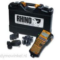 De Dymo RHINO 5200 kofferset is gevuld met printer, accu, adapter en 2 tapes